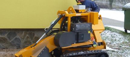 Fresadora para troncos sobre un chasis de banda, con el control manual P 38 M - EFI