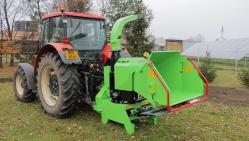 Astilladora potente a enganchar detrás del tractor, en plataforma giratoria, con suspensión para un remolque de 8 t.  LS 160 TT (1000 rev/min)